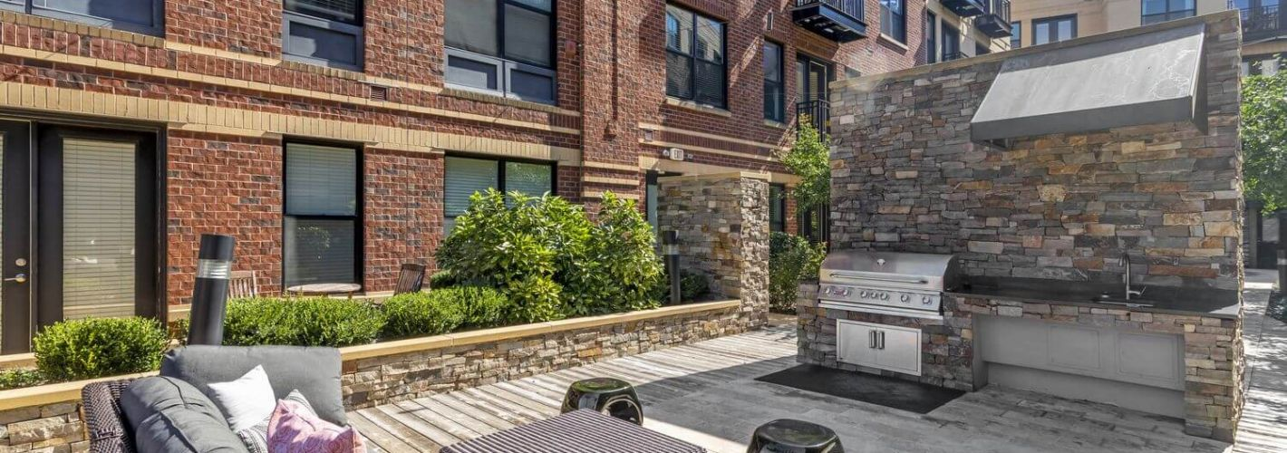 19Nineteen : Courtyard Grilling Area