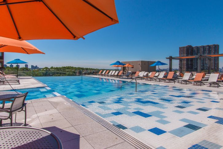 The Modern : Rooftop pool Lounge