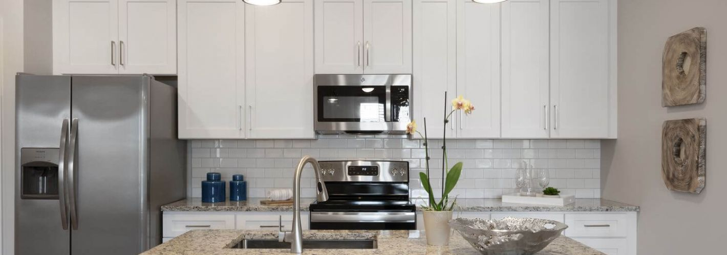 The Landon of Cromwell : Kitchen Counter